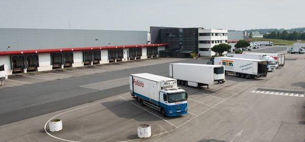 vue aérienne entrepôt et camions