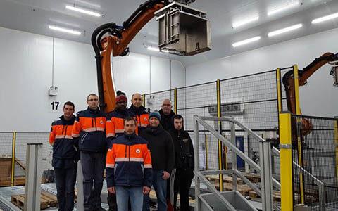 Employés logistiques dans un entrepôt mecanisé
